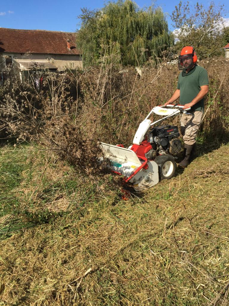 Fauchage terrain au gyro broyeur dans la Nièvre